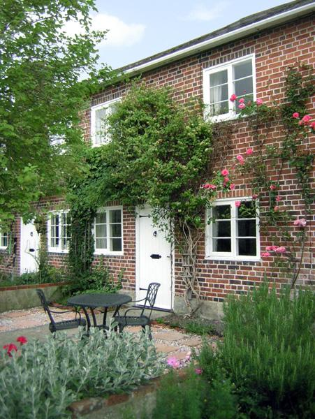 2 VICTORIA COTTAGES, pet friendly, character holiday cottage, with a garden in Hindon, Ref 1915 - Image 1 - Hindon - rentals