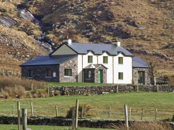 TEACH INCHEESE, pet friendly, country holiday cottage, with a garden in Waterville, County Kerry, Ref 3708 - Image 1 - Waterville - rentals