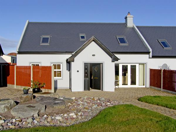 2 THE COURT, family friendly, with a garden in Kinsale, County Cork, Ref 3731 - Image 1 - Kinsale - rentals