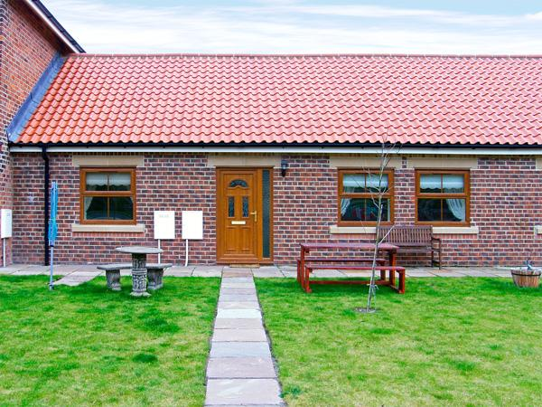 DRUMMER COTTAGE, pet friendly, with a garden in Skinningrove, Ref 3719 - Image 1 - Skinningrove - rentals