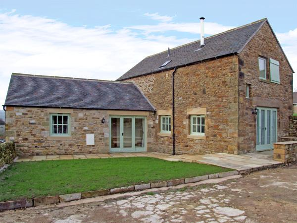 GOULD'S BARN, family friendly, character holiday cottage, with open fire in Longnor, Ref 3722 - Image 1 - Longnor - rentals