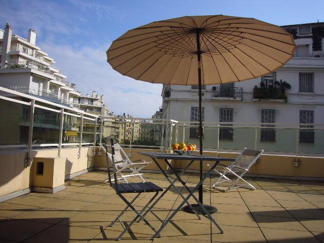 Huge shared South facing terrace with sun loungers - Multi-balcony & terrace Nice apartment sleeps 2 - Nice - rentals