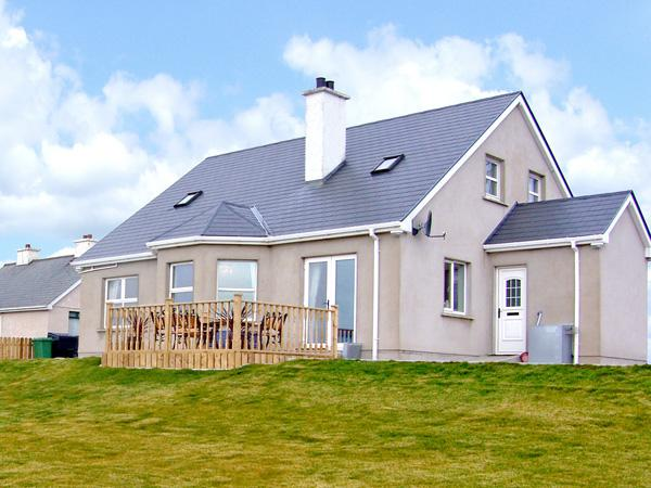 ANNE'S BEACH COTTAGE, family friendly, country holiday cottage, with a garden in Kincasslagh, County Donegal, Ref 3703 - Image 1 - Kincasslagh - rentals