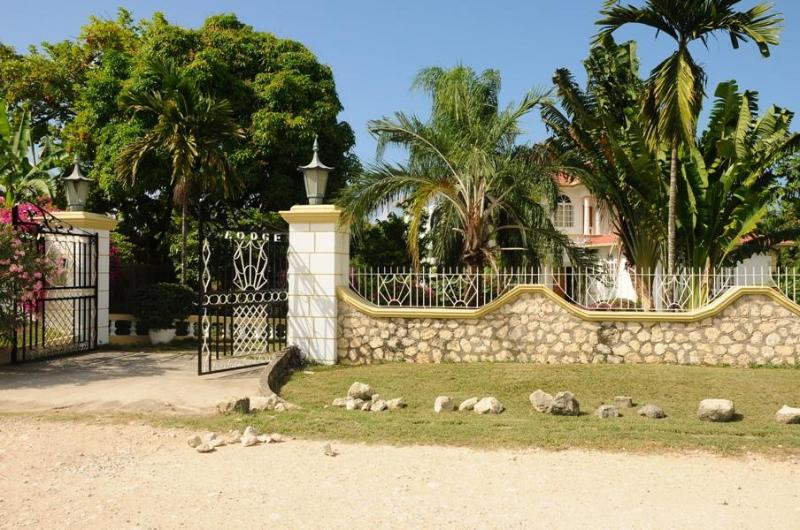 Olcam Lodge - Entrance - Olcam Lodge Villa - Pool and Private Beach Access - Runaway Bay - rentals
