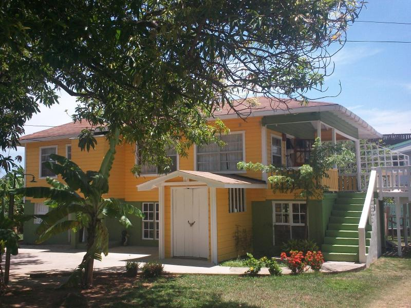 Island Style home, fresh paint, good parking, - The Pearl Home Sweet Home - Roatan - rentals