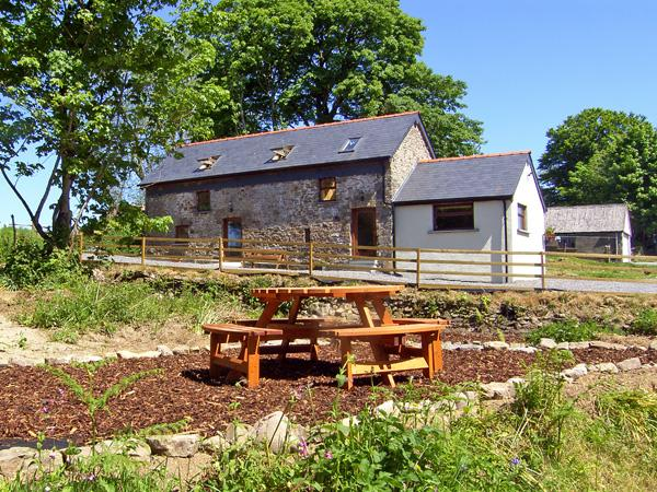 Y BWTHYN, family friendly, country holiday cottage, with hot tub in Llandissilio, Ref 3789 - Image 1 - Llandissilio - rentals