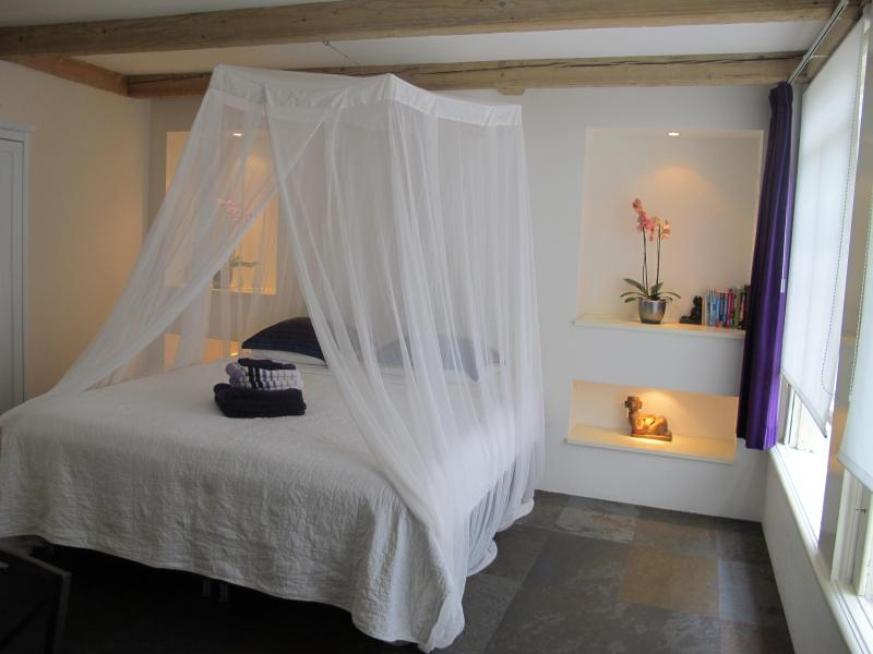 Comfortable king size bed (or twin beds) - Bees B&B: PERFECT location in the heart of A'dam! - Amsterdam - rentals