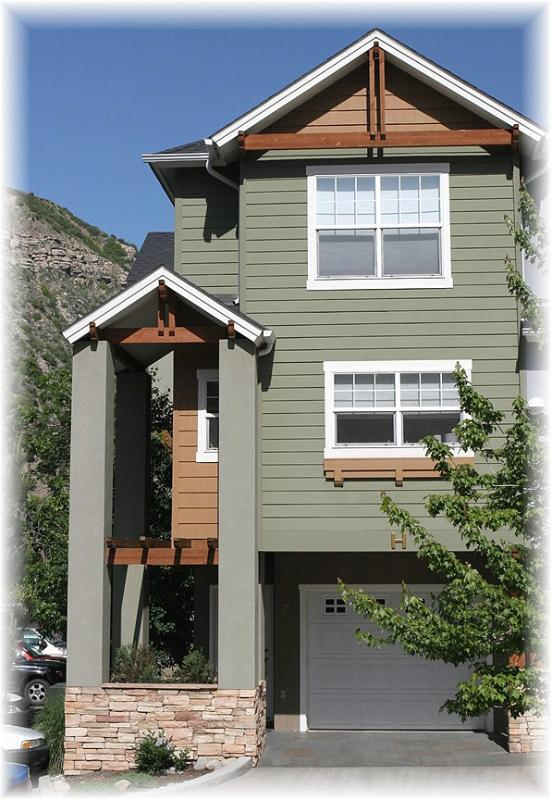 Summer exterior - Have a Happy! Sweet Sunny Townhouse & Superb Value - Durango - rentals