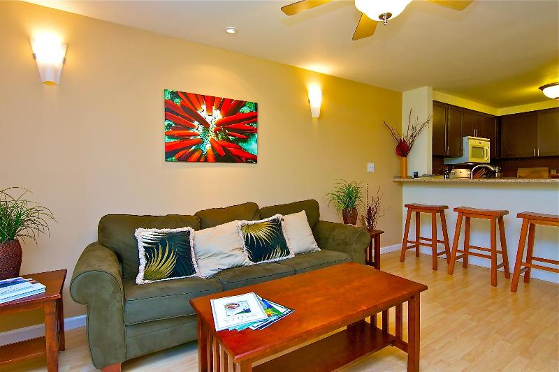 The spacious living Room leads in to the custom granite bar. - Fully Re-Modeled 2Bd/2Bth Walk to beach! Book now! - Kihei - rentals