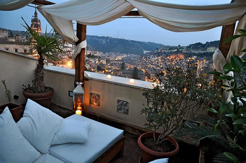 Night view over Modica from the rooftop terrace - KIMIYA' | Charming artist's refuge with spectacular view over the historic center of Modica - Modica - rentals