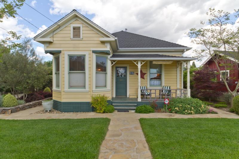 Front View of Main home and Garden - Sonoma Farmhouse Town - (2 blks from Sonoma Plaza) - Sonoma - rentals