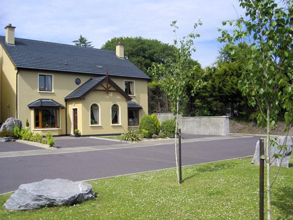 MILLFIELD, family friendly, country holiday cottage, with a garden in Kenmare, County Kerry, Ref 3882 - Image 1 - Kenmare - rentals