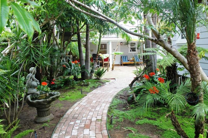 Surrounded by tropical plants the OB Bungalow. - OB, Dog Friendly, Spa,WiFi, Cable, Tropical Garden - San Diego - rentals