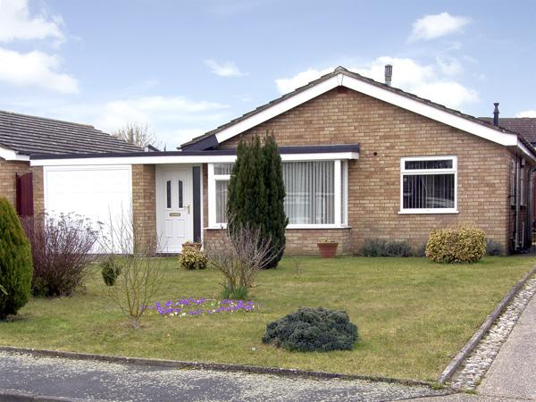 HORNBEAMS, family friendly, with a garden in Bramford, Ref 3915 - Image 1 - Ipswich - rentals