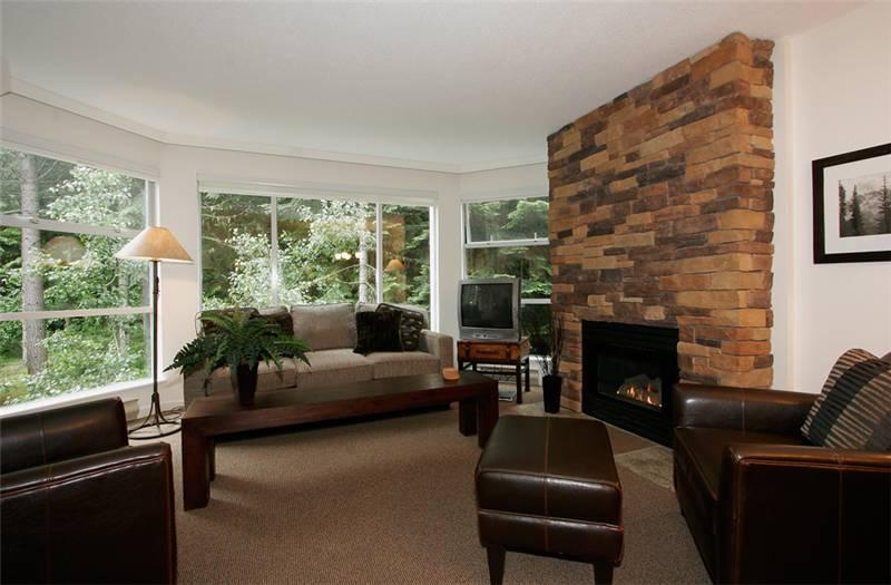 Cozy Living Room with Gas Fireplace and Picture Windows - Woodrun 414 | Whistler Platinum | Ski-In/Ski-Out - Whistler - rentals