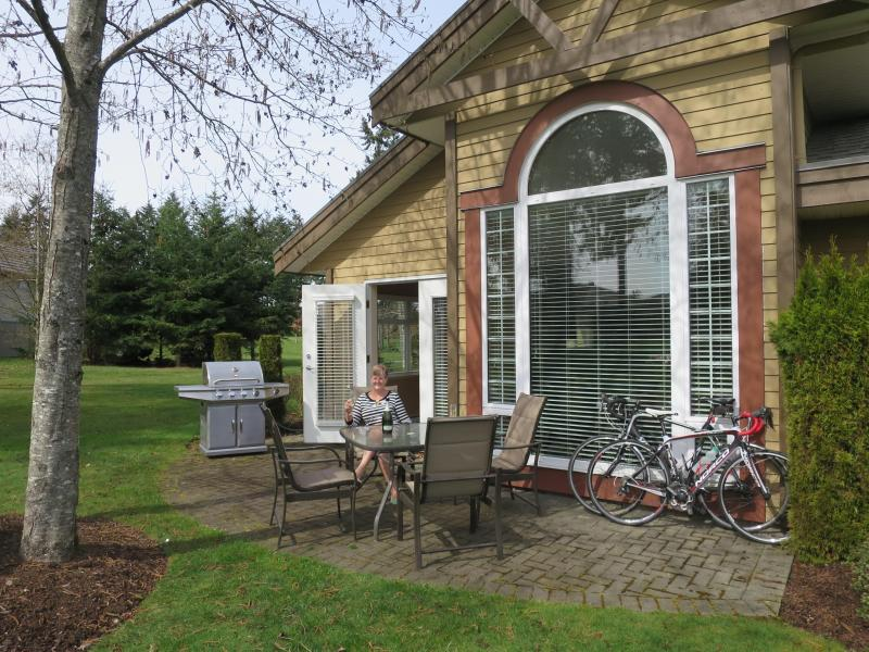Spring on the Patio - Courtenay - Quiet luxury condo at Crown Isle - Courtenay - rentals