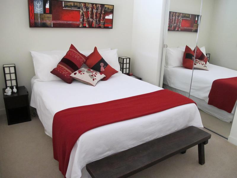 Bedroom -double bed - Melbourne city....on St Kilda Road....most exciting city and what a great location!! - Melbourne - rentals