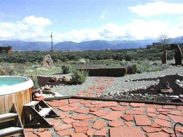 Hot tub and view of Taos mountain - Casa Landa - Taos - rentals