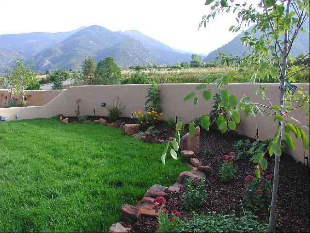 Professionally landscaped enlosed private yard with mountain views - Hannah's Hacienda - Taos - rentals