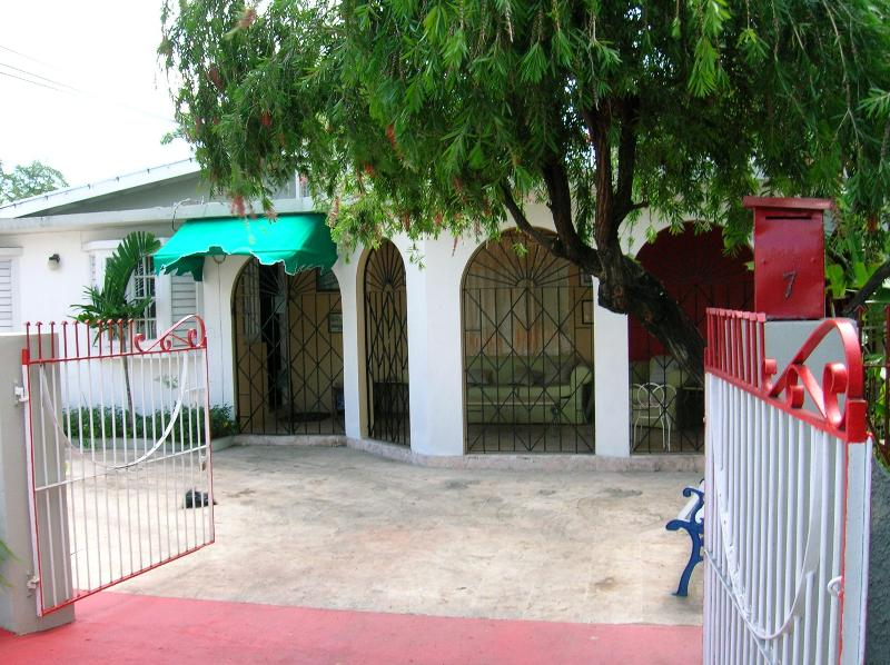 Main Gate Entrance - Near supermarkets, shops, restaurants, discos, bus - Kingston - rentals