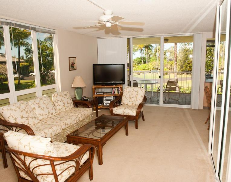 Living room with great natural light. - On the Road to Paradise - Princeville - rentals