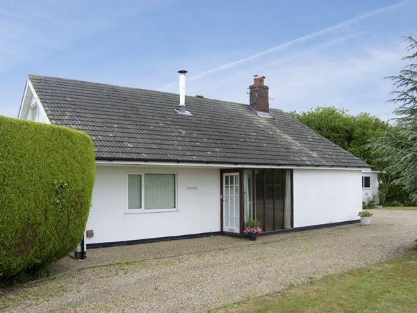 KINGSWAY, pet friendly, country holiday cottage, with a garden in Ubbeston Green, Ref 4027 - Image 1 - Halesworth - rentals