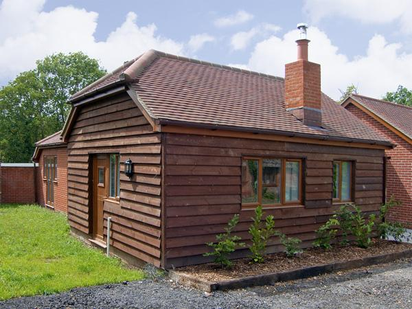 SWALLOW COTTAGE, family friendly, country holiday cottage, with a garden in Durley, Ref 4182 - Image 1 - Southampton - rentals