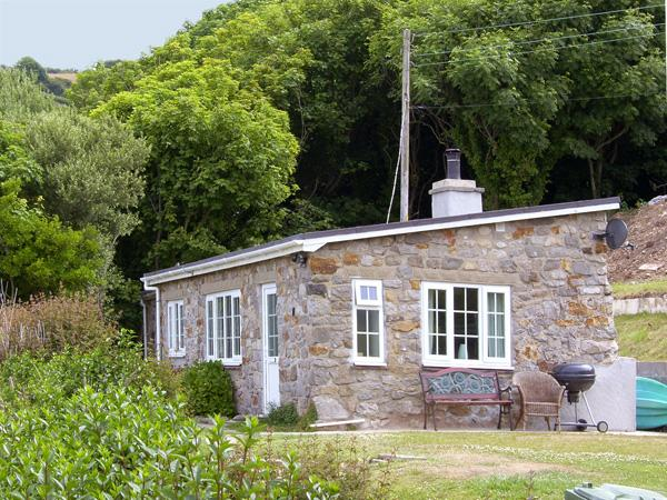 HEN FELIN ISAF, pet friendly, with open fire in Red Wharf Bay, Ref 3938 - Image 1 - Llanddona - rentals
