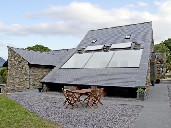 Y STABAL, family friendly, luxury holiday cottage, with a garden in Trawsfynydd, Ref 4120 - Image 1 - Trawsfynydd - rentals