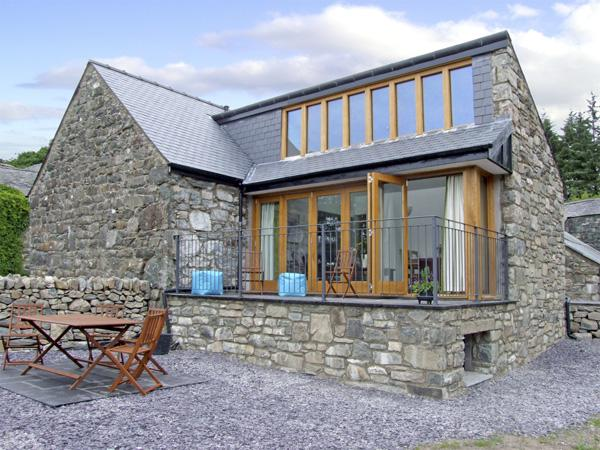 Y BEUDY, family friendly, luxury holiday cottage, with a garden in Trawsfynydd, Ref 4118 - Image 1 - Trawsfynydd - rentals