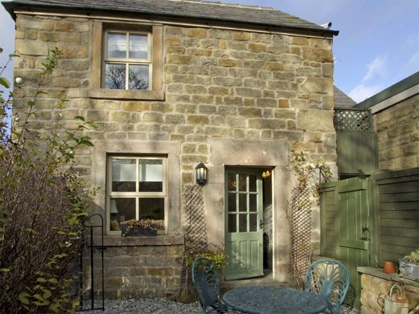 CLEMATIS COTTAGE, family friendly, character holiday cottage, with a garden in Baslow, Ref 4126 - Image 1 - Baslow - rentals