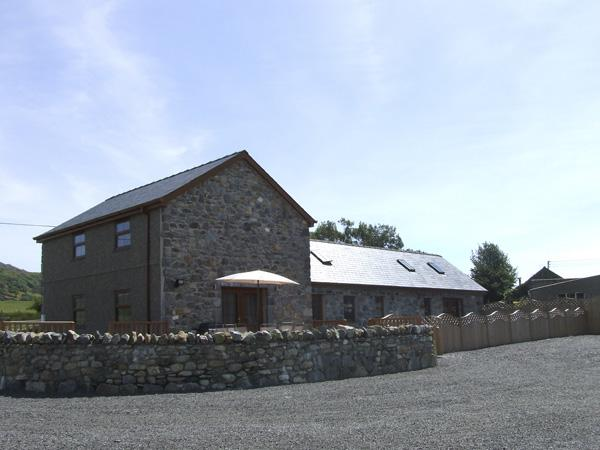 CEFN-YR-EFAIL, pet friendly, character holiday cottage, with a garden in Porthmadog, Ref 4018 - Image 1 - Porthmadog - rentals