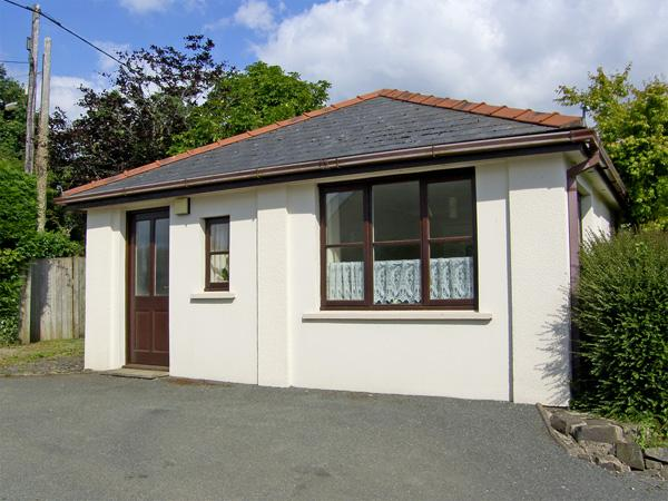 CLOVER COTTAGE, country holiday cottage, with a garden in Clarbeston Road, Ref 4202 - Image 1 - Haverfordwest - rentals