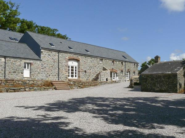 THE GRANARY, pet friendly, country holiday cottage,with a garden in Newborough, Ref 4198 - Image 1 - Newborough - rentals