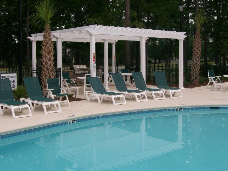 Swimming pool and barbecue area - UPSCALE CONDO,  WiFi, Pool & Fitness Center - Myrtle Beach - rentals