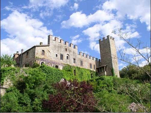 Montalto Castle - Torre del Vescovo is the wing on the right, with the original watchtower - Torre del Vescovo -- Medieval Castle in Tuscany - Siena - rentals
