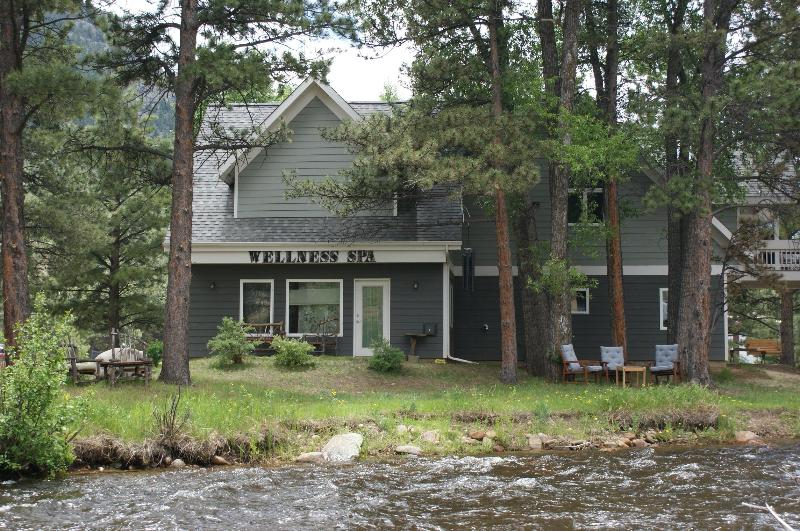 Lovely riverfront setting walking distance from downtown - Fab Fall.. Discount $$ on lux home on the river - Estes Park - rentals