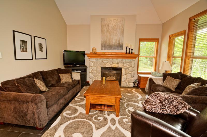 Spacious living room w/ gas fireplace, flatscreen TV w/ PVR, BluRay player, DVD's, & queen sofabed. - Ski In/Out, Private Hot Tub, Family Friendly, 3BR - Whistler - rentals