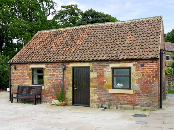 SOMERSET COTTAGE, pet friendly, character holiday cottage, with a garden in Great Ayton, Ref 4250 - Image 1 - Great Ayton - rentals