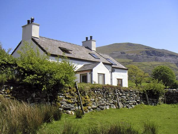 TAN Y FRON, pet friendly, character holiday cottage, with a garden in Llanberis, Ref 4229 - Image 1 - Llanberis - rentals
