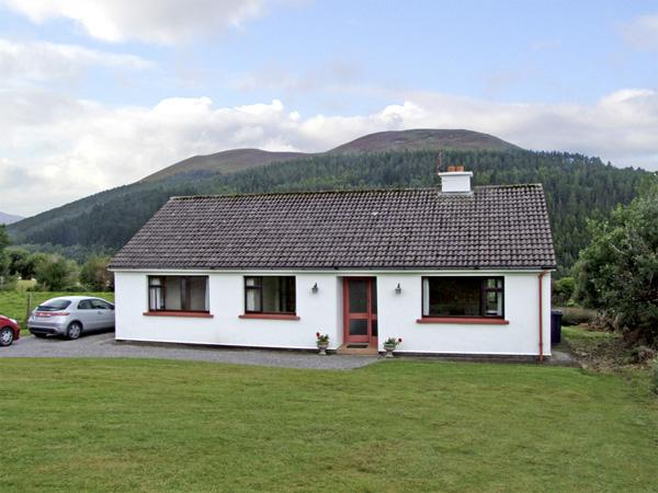 CILL NA BREAC, pet friendly, country holiday cottage, with a garden in Glenbeigh, County Kerry, Ref 4272 - Image 1 - Glenbeigh - rentals