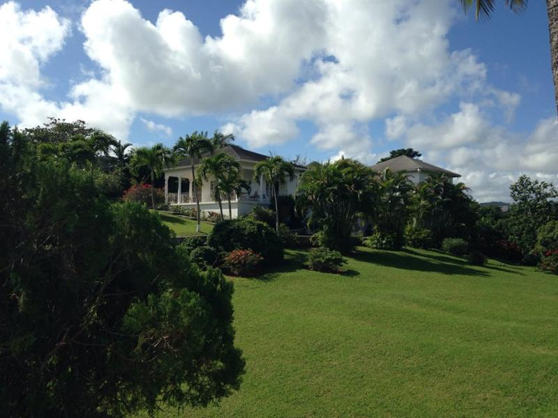 Lansdowne is located in the prestigious Upton Country Club in the hills above Ocho Rios. - 'Lansdowne'  haven for nature lovers and golfers. - Ocho Rios - rentals