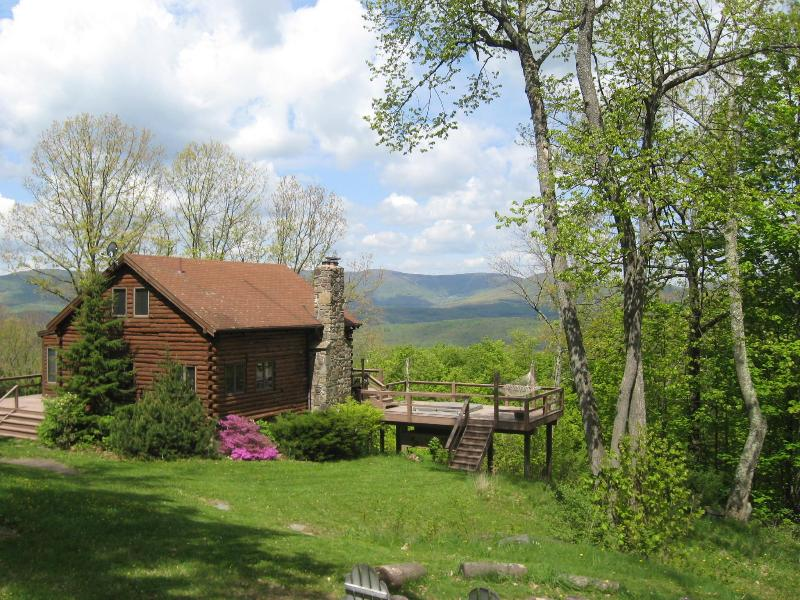 Cabin in Spring - Mountaintop Log Cabin w Hot Tub & Gorgeous Views - Roxbury - rentals