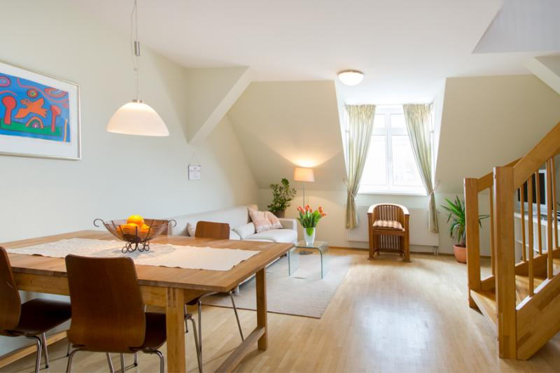 Living room / dining table - Charming top floor apartment with terrace in the centre of Vienna - Vienna - rentals