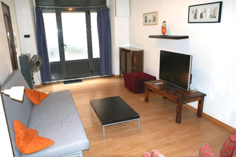Spacious Family Apartment with Private Patio - Image 1 - Barcelona - rentals