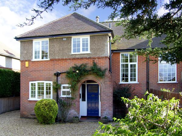 WOODLAND COTTAGE, family friendly, luxury holiday cottage, with a garden in Walkford, Ref 4353 - Image 1 - Walkford - rentals