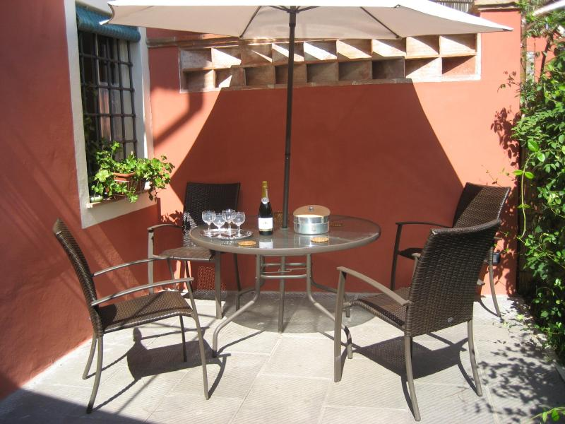 sitting place in the garden - Lucca Villino Franca in town A/C,garden/park.&WiFi - Lucca - rentals