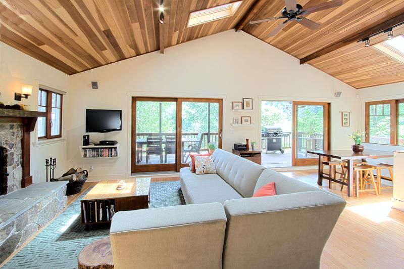 Great room with sitting area and fireplace - Gorgeous Riverfront House in Wine Country - Healdsburg - rentals