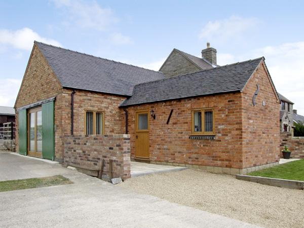 HOLLIES BARN, family friendly, luxury holiday cottage, with a garden in Atlow, Ref 4004 - Image 1 - Ashbourne - rentals