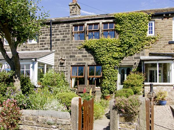 NUMBER 2 PICKLES HILL COTTAGE, character holiday cottage, with a garden in Oldfield, Ref 4128 - Image 1 - Sutton Coldfield - rentals